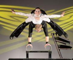 Auftritt Toledos Partner Akrobatik auf dem Rola Rola