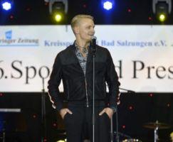 Felix Rappsilber eröffnet den Ballabend mit seiner Nummer von Michael Buble