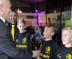 Die Augen der E-Junioren vom RSV Fortuna Kaltennordheim leuchteten angesichts der Siegertrophäe.