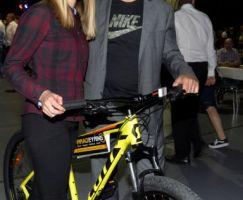 Holger Eyring lies es sich nicht nehmen Tina Schmidt persönlich zum neuen Fahrrad zu gratulieren.