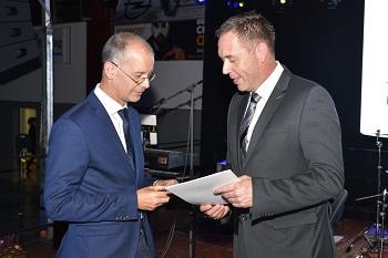 Tom Gröll (links) erhält die Ehrennadel des Landessportbundes von dessen Hauptgeschäftsführer Thomas Zirkel (rechts).
